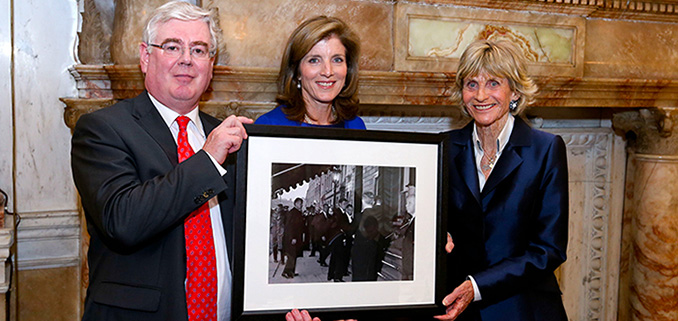 Tánaiste presents photo to Kennedy family 678