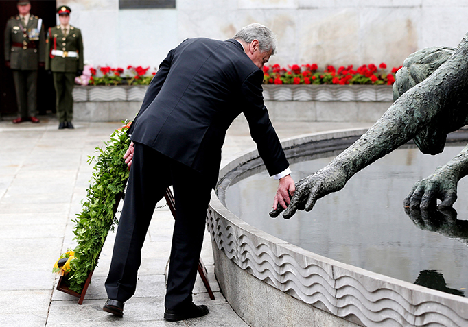 State Visit 2015 H.E. Mr Joachim Gauck laying a wreath in The Garden Of Remembrance
