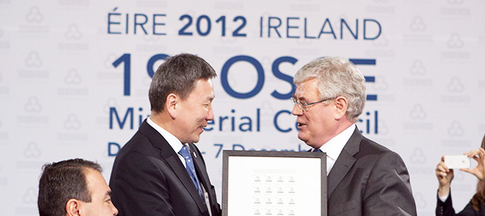 Tanaiste Eamon Gilmore makes a presentation to Bold Luvsanvandan, Foreign Affairs Minister and Head of the Delegation from Mongolia.