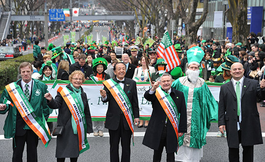 St. Patrick's Day Parade in Tokyo's trendy Omotesando district on March 15, from left, Howard Barr, Co-Chair Irish Network Japan, Irish Ambassador Anne Barrington, Grand Marshal and Fouder of Tokyo INN Co. Norimasa Nishida, Irish Minister for Public Expenditure and Reform Brendan Howlin, and Ambassador' husband, Ed Miliano. YOSHIAKI MIURA PHOTO