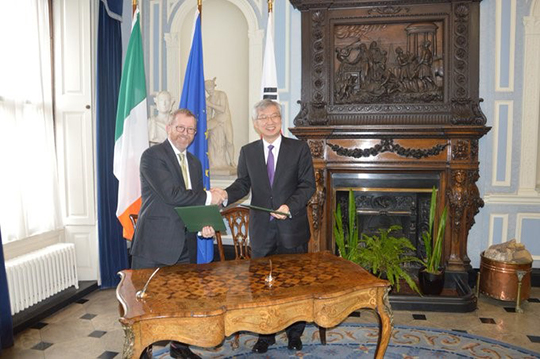 Deputy Min Lee Tae-Ho & DG Trade Éamonn McKee sign extension to annual Ireland-Korea working holiday programme at 6th Joint Economic Commission