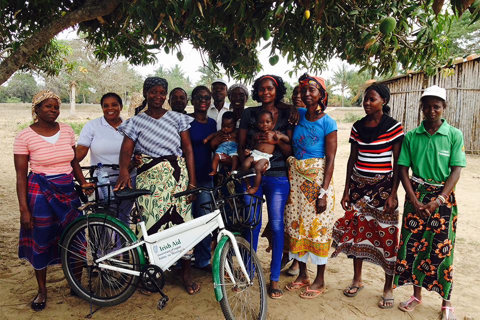 Event: Monitoring visit. Members of Govuro Home based care association, IA staff member, and Provincial Directorate of Health staff member. Members with a bicycle that was donated by Irish Aid. Govuro, Inhambane Province Nov 2015 Photographer name and credit: Aoife Murphy, DFAT staff